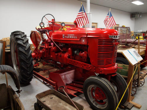 Tractor-Farmall-H-WithAmericanFlags-7228862-GREAT
