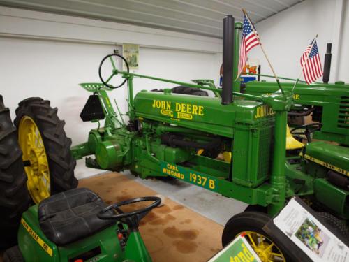 Tractor-JohnDeer-1937B-SteelSeat-RightSide-FrontToBack-7228863-GREAT