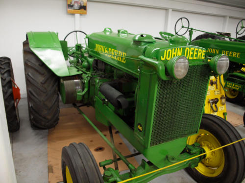 Tractor-JohnDeere-OrchardMachine-RightSide-FrontToBack-7228865-GOOD